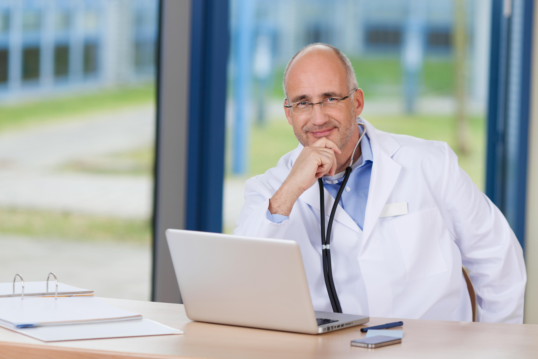 Dokter met overzicht over het werk